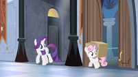 Rarity looks at Sweetie Belle with box S04E19