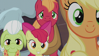 Apple family helping the Pie family S5E20