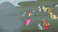 Pinkie points to the top of Holder's Boulder S5E20