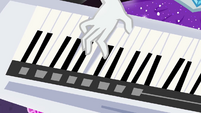 Rarity playing her keytar EG4