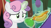 Sweetie Belle notices Fly-der on her carrot dog S7E16