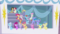 Bow Hothoof's cheering attracts ponies' eyes S7E7