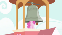 Pinkie Pie ringing bell with her head S04E03