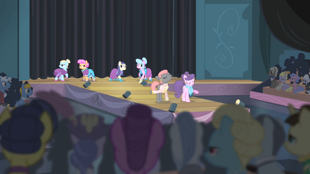 Файл:Prim and Suri on the runway S4E08.png