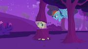 S02E22 Fluttershy przebrana za drzewo