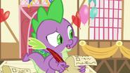 S07E17 Spike trzymający listę