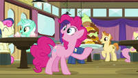 Pinkie holding a large plate of food S9E16