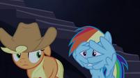 Rainbow cobre seu rosto com as asas T4E03