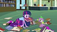 Twilight segurando um livro com sua boca EG