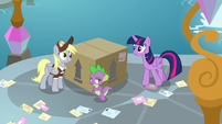 Twilight thanks Derpy for the delivery S9E5
