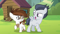 Rumble holding another note next to Pipsqueak S7E21