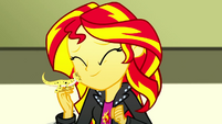 Sunset Shimmer and Ray being affectionate SS7
