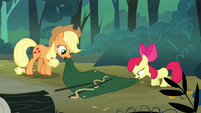 Applejack and Apple Bloom setting up a tent S3E06