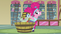 Pinkie dumps apples into water trough S5E21