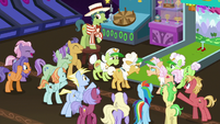 Crowd of ponies cheer around grannies S8E5