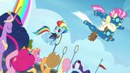 S9E26 Nowi kadeci Wonderbolts lecą nad Rainbow i przyjaciółmi