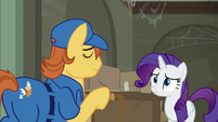 Mailmare shrugging to Rarity S6E9