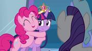 Pinkie Pie abraçando Twilight EG