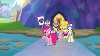Pinkie Pie leading a school tour group S8E11