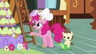 Pinkie apunta a la montaña de cupcakes CPLS