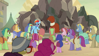 Rainbow Dash starts addressing the villagers S7E18