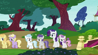 Rarity and Sweetie Belle in Twisty Pop's line S7E6