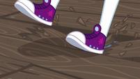 Twilight Sparkle steps onto a splintering board EG4
