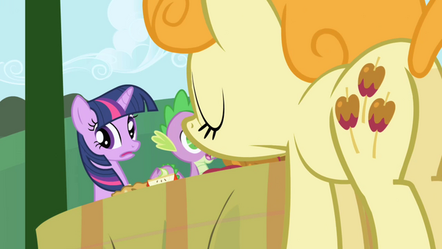 Файл:Caramel Apple comes by to drop off more food S1E01.png