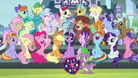 Mane Six and students gathered for the photo S8E2