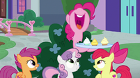 Pinkie holding another tray of cupcakes S8E12