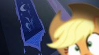 Tapeçaria de Luna atrás de Applejack T4E03