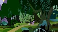 Twilight e Spike caminhando para a Floresta T4E03