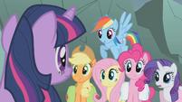 Twilight shushes her friends S1E07