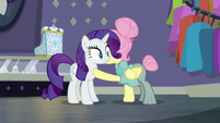 Fluttershy blowing kisses at Rarity S8E4