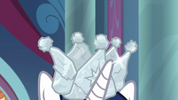 Sibling Supreme crown on Shining Armor's head S9E4