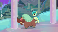 Yona hits a pillar with her head S9E7