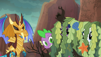 Spike hiding behind seaweed pile S6E5