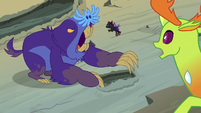 Thorax watches Pharynx fight the maulwurf S7E17
