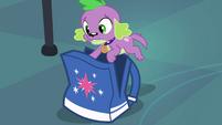 Spike se esconde na mochila de Twilight EG