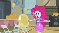 Pinkie Pie brava ao falar de Fluttershy EG