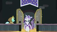 Lyra Heartstrings opening the door for Princess Platinum S02E11