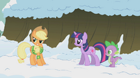 Twilight and Spike check in on Applejack S1E11