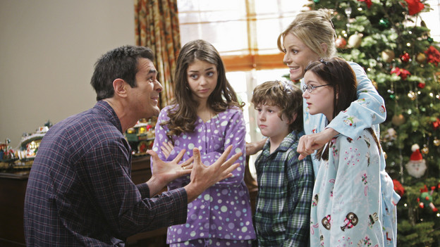 Modern Family Christmas Episodes.Undeck The Halls Modern Family Wiki Fandom Powered By Wikia