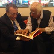 Mauricio de Sousa e Ziraldo folheando a Coleção Histórica - Mauricio