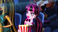 Shock and Awesome - Draculaura eats popcorn