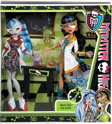 Monster-high-classroom-doll-2-pack-mad-science-lab-partners-cleo-de-nile-ghoulia-yelps-28 39819.1461148925