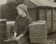 1919 Anne wartet