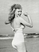 1949-Marilyn Monroe 1949 Beach