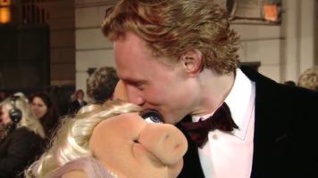 BAFTA-Awards-2012-Kiss-Piggy&TomHiddleston
