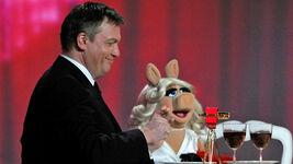 VerleihungDerGoldenenKamera-HapeKerkeling&MissPiggy-(2012-02-04)04